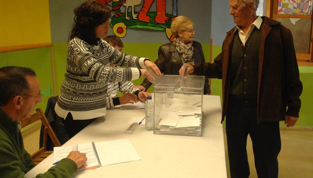El vecino Joaquín Aquerreta, votando el pasado día 16