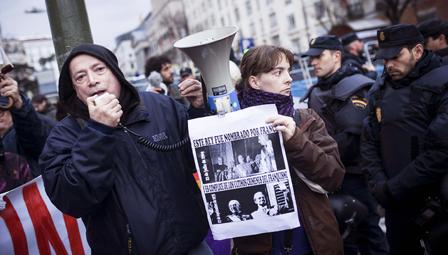 Diversos colectivos y organizaciones que apoyan a la Coordinadora 25S durante la concentración en la plaza de Neptuno