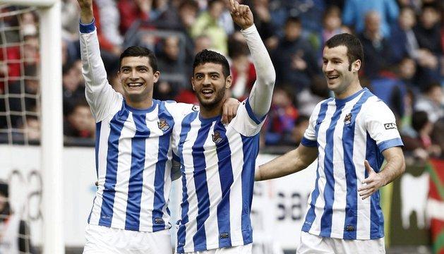 Castro, Vela y Agirretxe celebran el primer gol