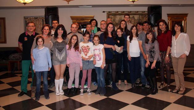 Los asistentes posaron juntos con Leticia Martínez y su hija Alexia en brazos, en el centro