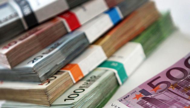 Fajos de billetes usados de euro