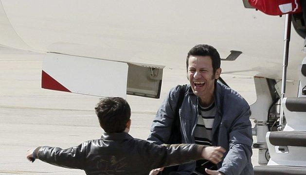 Espinosa saluda a su hijo al bajar del avión, este domingo, en Madrid
