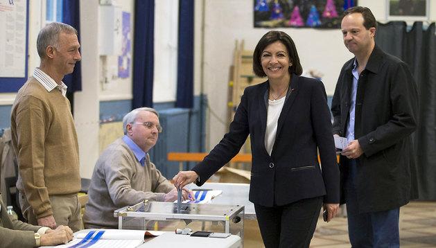 Anne Hidalgo, candidata a la alcaldía de París, deposita su voto