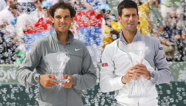 Rafa Nadal y Novak Djokovic posan con los trofeso de primer y segundo tras la final del Masters 1.000 de Miami