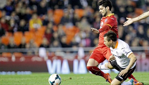 Vargas y Lafita, goleadores en el encuentro, pugnan por el balón