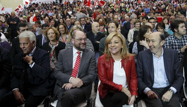 Valenciano, entre Schulz y Rubalcaba. A la izquierda, Felipe González