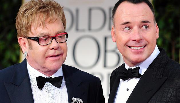Sir Elton John (izda) y David Furnish, en una imagen de enero de 2012