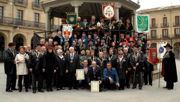 Foto de familia con los nuevos miembros de la cofradía la Orden del Cuto Divino de Tafalla