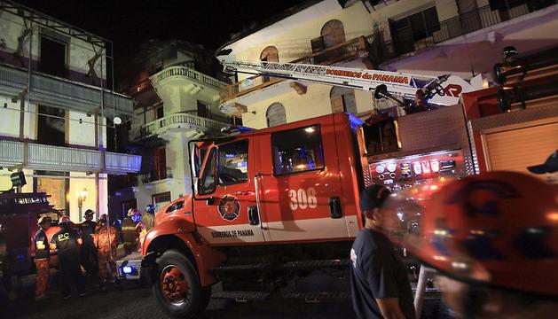 Un grupo de bomberos trabaja en la extinción del incendio.