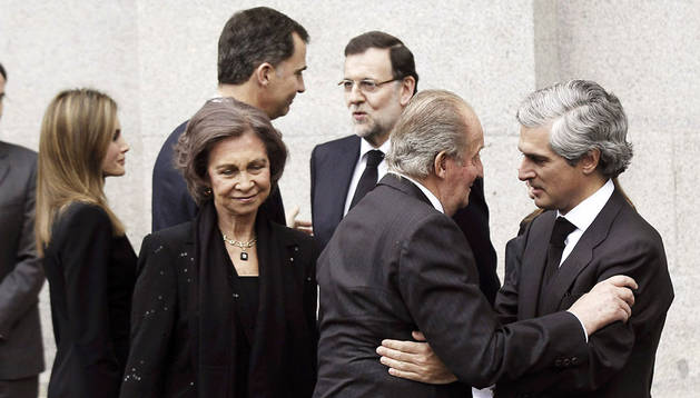 Los Reyes saludan a Adolfo Suárez Illana