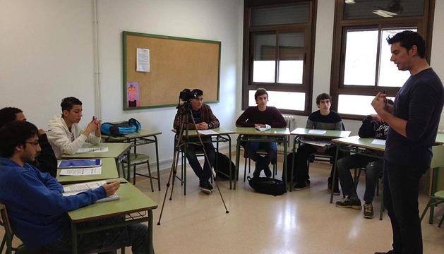 Los alumnos entrevistan al emprendedor Enrique Acosta.