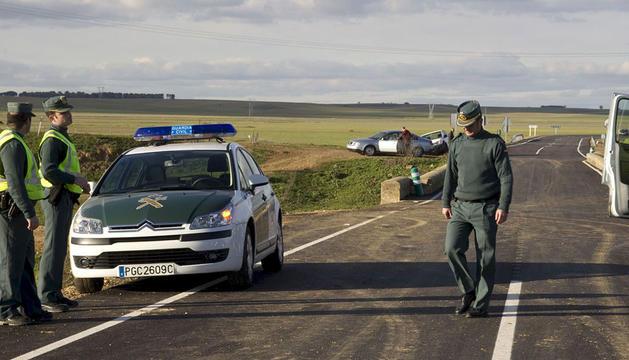 La Guardia Civil atiende un accidente en Zamora en 2010.
