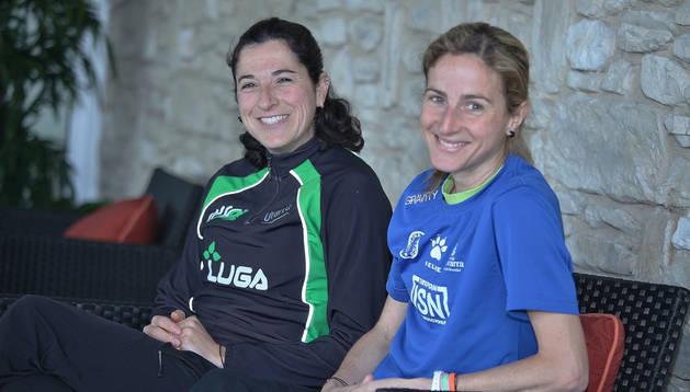 Vanesa Pacha (Hiru Herri) y Ana Llorens (Pamplona Atlético), ayer por la mañana tras su regreso de Lisboa.