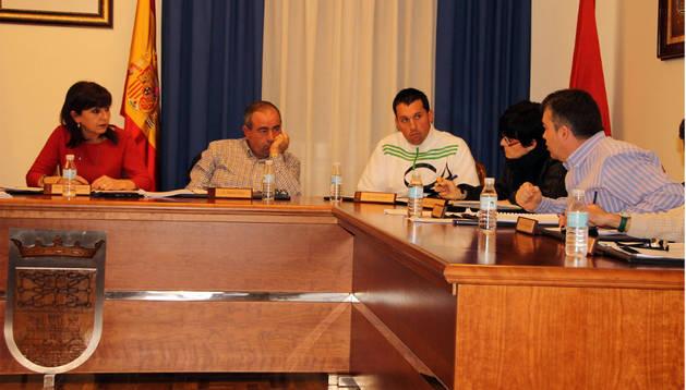Santos Cerdán (a la dcha.) se dirige a la alcaldesa Yolanda Ibáñez