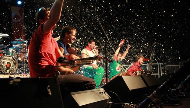 El grupo La Pegatina en su actuación en fiestas de 2013