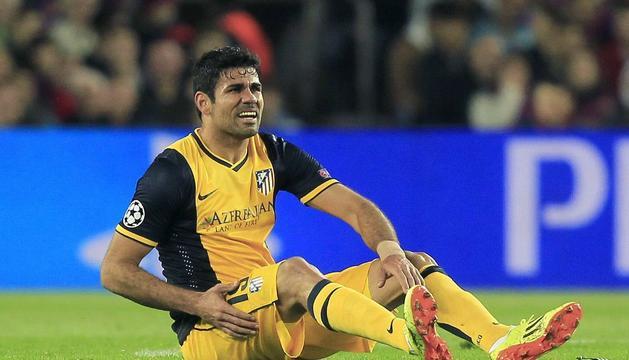 Diego Costa se duele en el partido del martes.