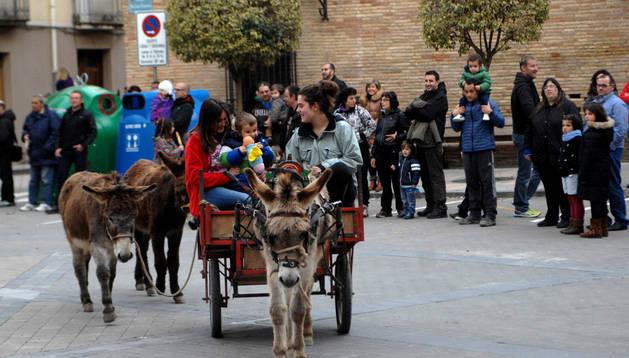 Carreta tirada por burros en la plaza de los Fueros de Falces