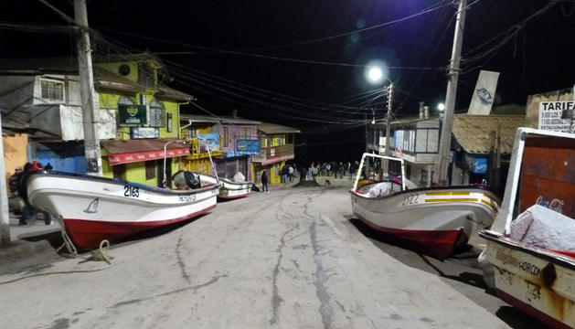 Los botes de pesca fueron sacados a la calle en Valparaíso debido a la alerta de tsunami.