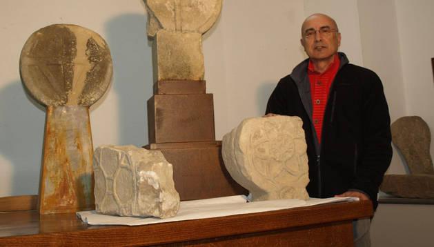 Simeón Hidalgo, junto con las 4 estelas recuperadas en la iglesia de Lizoáin. Sobre un pedestal, la más singular
