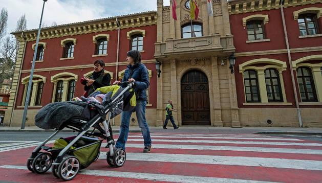 Fachada principal del Ayuntamiento de Estella, donde se ubican la mayor parte de áreas municipales