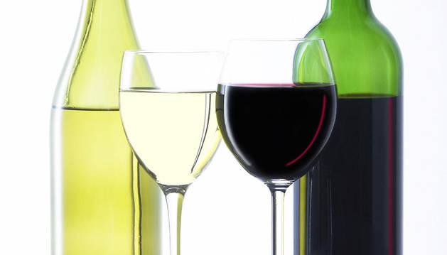Dos copas y dos botellas de vino