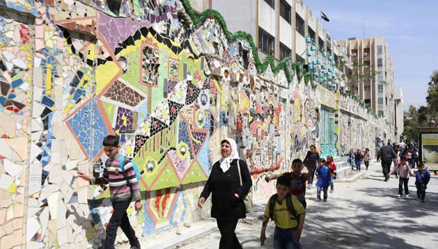 Vista del mural construido con materiales reciclados en Damasco.