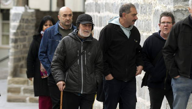 El expreso de ETA, Iosu Uribetxebarria Bolinaga (i), a su llegada al juzgado de Bergara (Gipuzkoa).