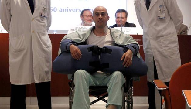 El paciente trasplantado (en la imagen) perdió los brazos tras sufrir una quemadura eléctrica.