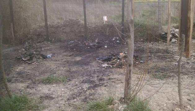 Vista de los restos de la caseta de la huerta incendiada