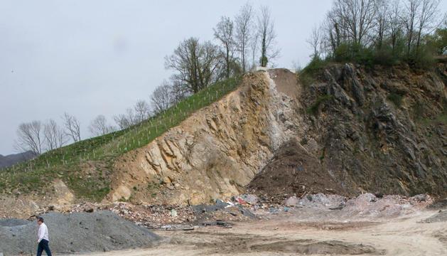 Escombros apilados en la antigua cantera de Oharriz, de Lekaroz