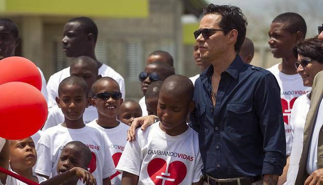 Marc Anthony posa con los niños del orfanato Niños de Cristo