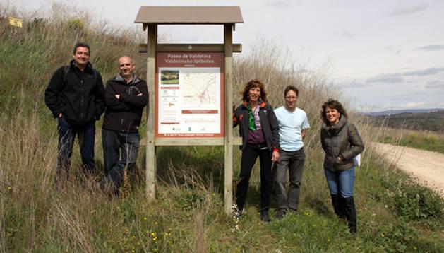 Representantes municipales, y de la Sociedad de Montaña Alaitz y Astigarro en un cartel junto al sendero de Valdetina