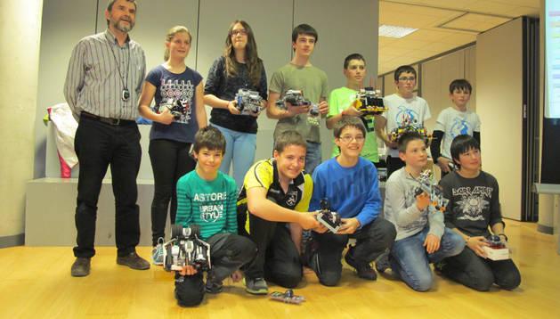 Algunos de los escolares, con Ángel Marco (izda.) que participaron en la competición en María de Vicuña