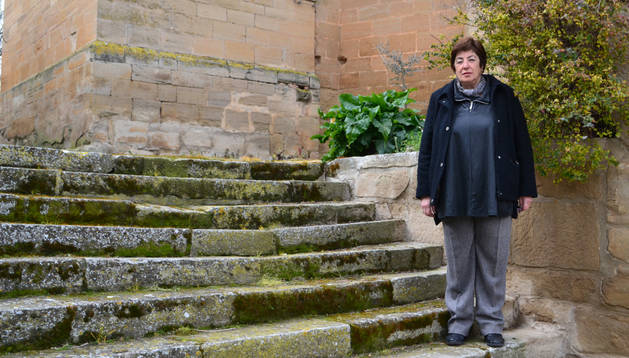 Mª Ángeles Arizaga Larumbe posa en una de las dos escaleras que dan acceso a la Iglesia de San Andrés