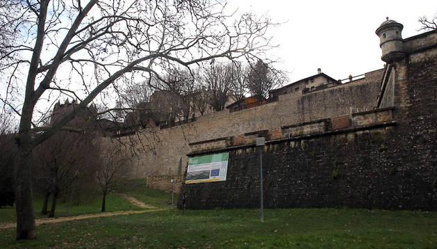 Murallas de Pamplona, donde cayó y resultó malherido el joven ingresado en la UCI