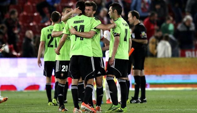 Oier abraza a Silva a la conclusión del partido