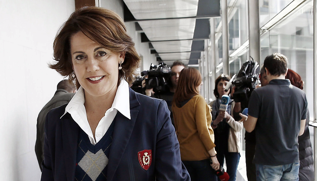 La presidenta del Gobierno de Navarra, Yolanda Barcina, abandona el Parlamento este viernes