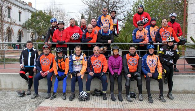 Los ciclistas que peregrinaron hasta Javier, en el parque de Europa de Cintruénigo