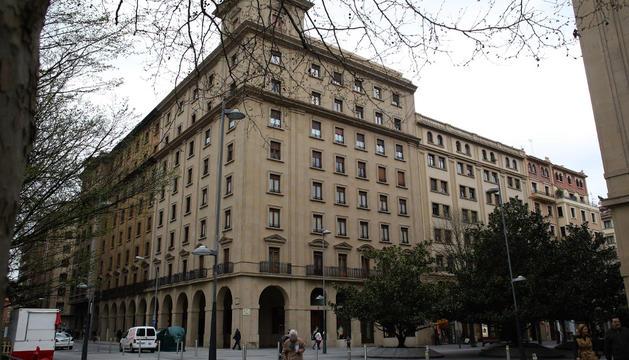 Este edificio, en la esquina con Carlos III, fue el primero en solicitar licencia de la plaza Conde de Rodezno