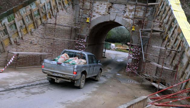 Un vehículo pasa por el túnel junto a la ermita del Cristo