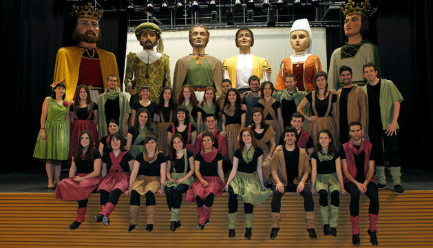 El grupo de danzas Mikelats, en un descanso del ensayo general