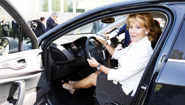 Esperanza Aguirre probando un coche en 2009
