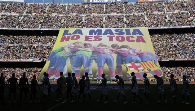 El Barcelona se defiende con una pancarta: 'La Masia no se toca'