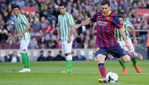 Messi trasforma el primer penalti ante el Betis