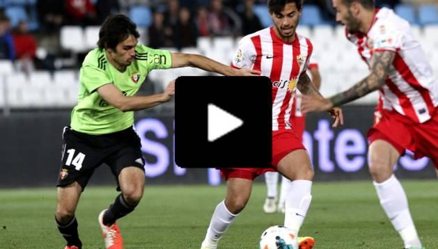 Arribas conduce la pelota en el choque ante el Almería