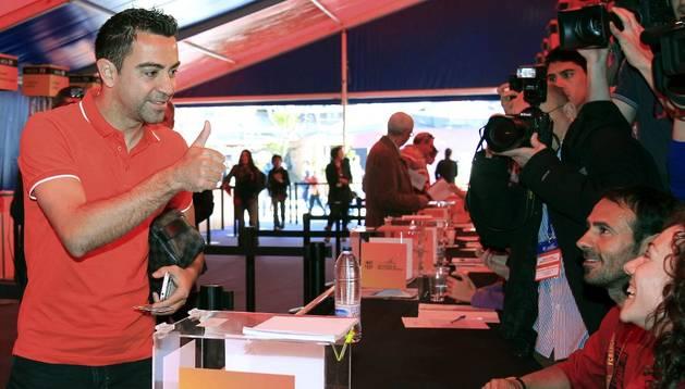 Xavi Hernández, depositando su voto en el Camp Nou