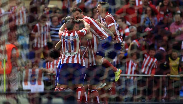 Los jugadores del Atlético celebran el gol de Raúl García ante el Villarreal