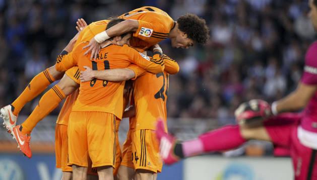 Los jugadores del Real Madrid celebran el gol de Illarra