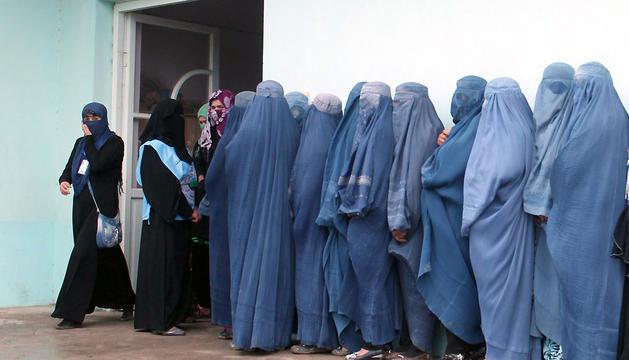 Un grupo de mujeres hace cola para votar en la ciudad afgana de Takhar