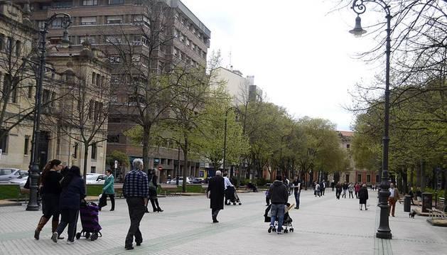Varios paseantes en el paseo Sarasate, este sábado 5 de abril